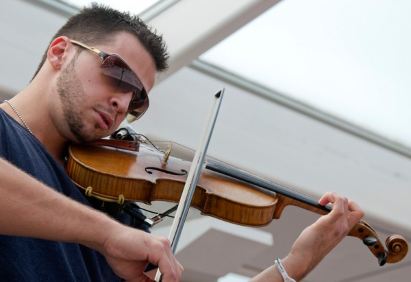 Hip-hop violinist draws crowd in Bosco Plaza