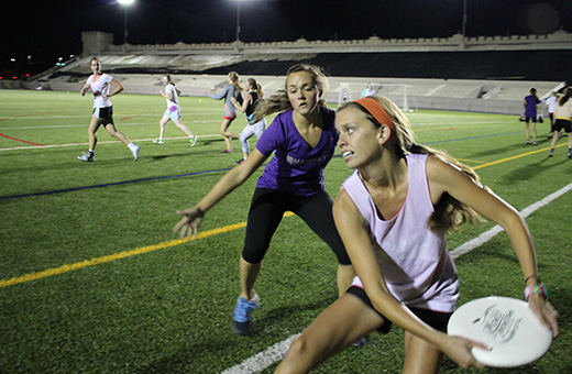 How do you play ultimate frisbee?